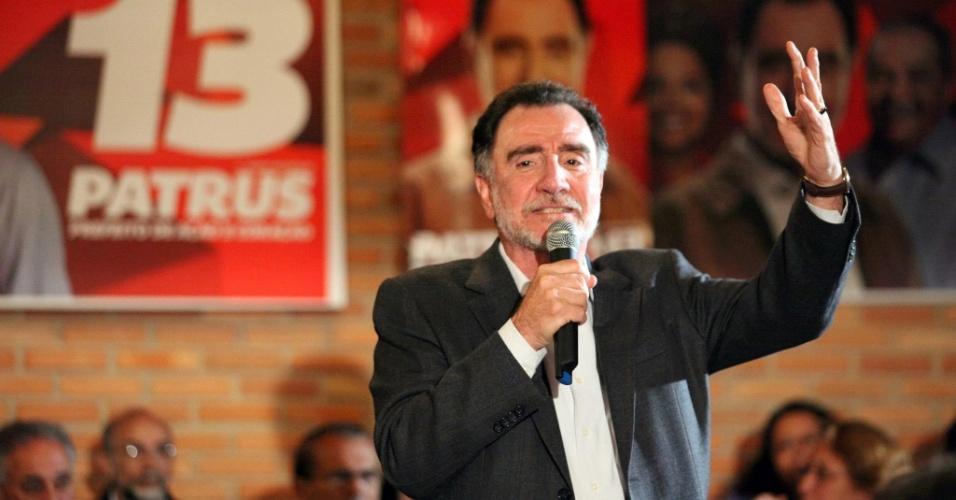 23.ago.2012 - O candidato do PT à Prefeitura de Belo Horizonte, Patrus Ananias, discursa durante plenária com moradores do bairro de Fernão Dias, na região noroeste da capital mineira