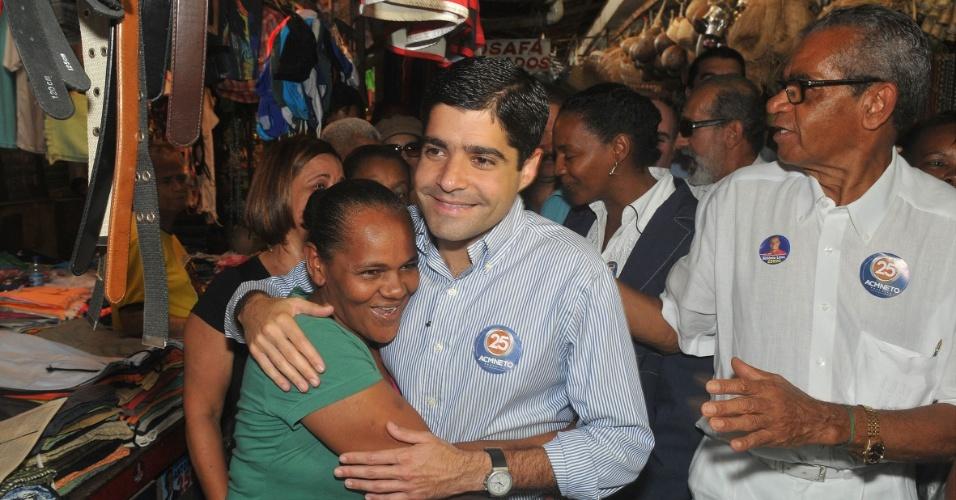24.ago.2012 - ACM Neto, candidato do DEM à Prefeitura de Salvador, cumprimenta eleitora durante caminhada pelo Mercado Modelo, na Cidade Baixa
