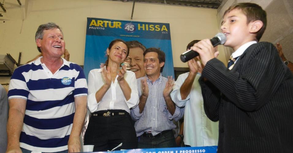 24.ago.2012 - Arthur Vírgilio, candidato do PSDB à Prefeitura de Manaus, recebeu  pessoas de movimentos sociais e religiosos na sede do comitê central de sua campanha, nesta sexta