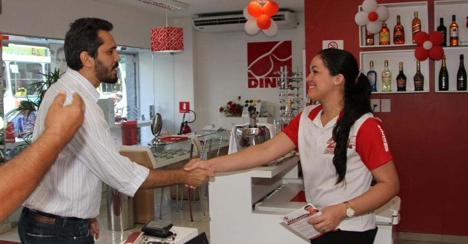 24.ago.2012 - O candidato do PT a prefeito de Fortaleza, Elmano de Freitas, cumprimentou lojistas durante caminhada pelas ruas do centro da cidade, nesta sexta