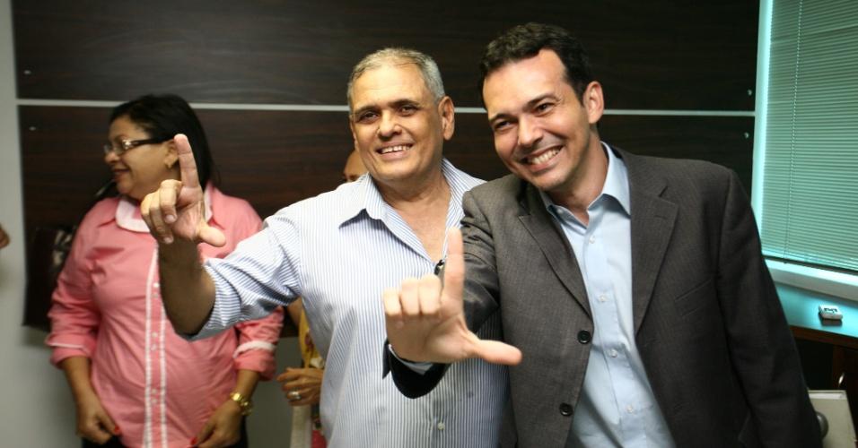 24.ago.2012 - O candidato do PT à Prefeitura de Cuiabá, Lúdio Cabral (à esq.), se reuniu nesta sexta-feira com integrantes da Associação de Cabos e Soldados da Polícia Militar e o Sindicato dos Investigadores de Polícia Civil