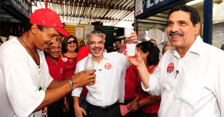 24.ago.2012 - O candidato do PT à Prefeitura do Recife, Humberto Costa (centro), e seu vice João Paulo (à dir.), conversam com comerciantes durante caminhada pelo Camelódromo, no centro da capital pernambucana