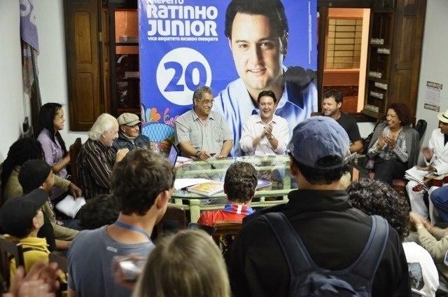 24.ago.2012 - Ratinho Júnior, candidato do PSC à Prefeitura de Curitiba, se reuniu nesta sexta-feira com representantes das escolas de samba da capital paranaense e assinou uma carta de compromisso elaborada pelo grupo