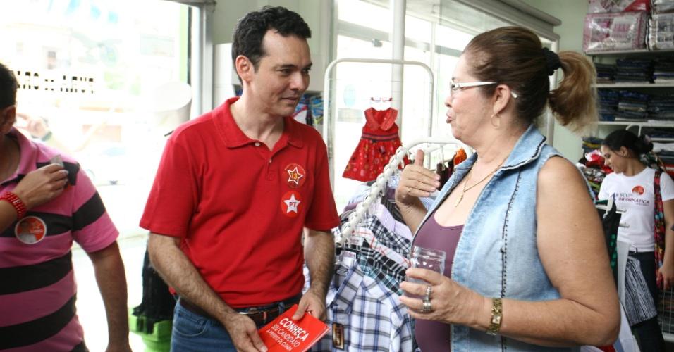 25.ago.2012 - Em caminhada, neste sábado, no bairro do Porto, o candidato do PT a prefeito de Cuiabá, Lúdio Cabral, prometeu investir na construção de ciclovias e ciclofaixas, se eleito