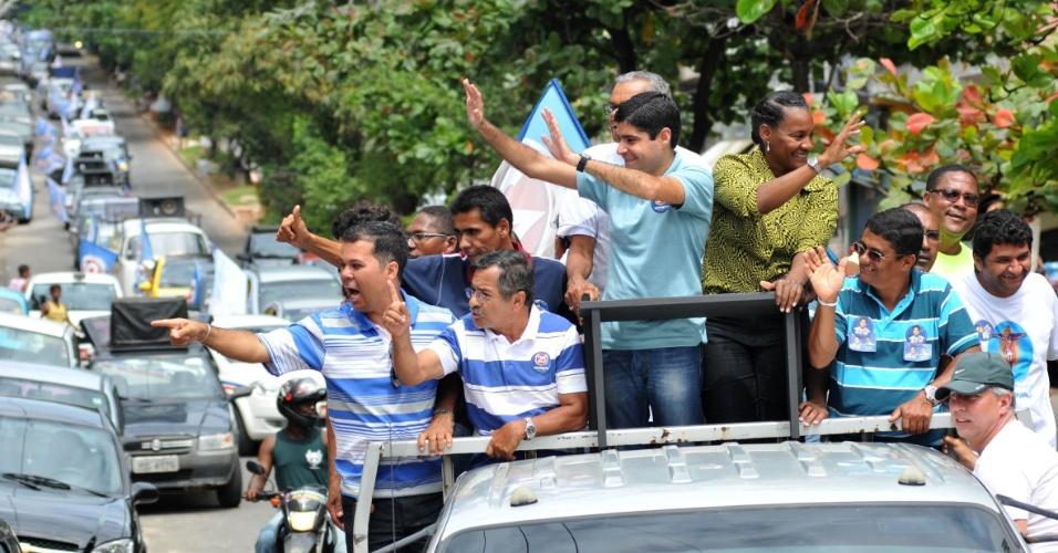 25.ago.2012 - O candidato do DEM a prefeito de Salvador, ACM Neto, percorreu em carreata os bairros de Cabula, Narandiba e Doron, neste sábado