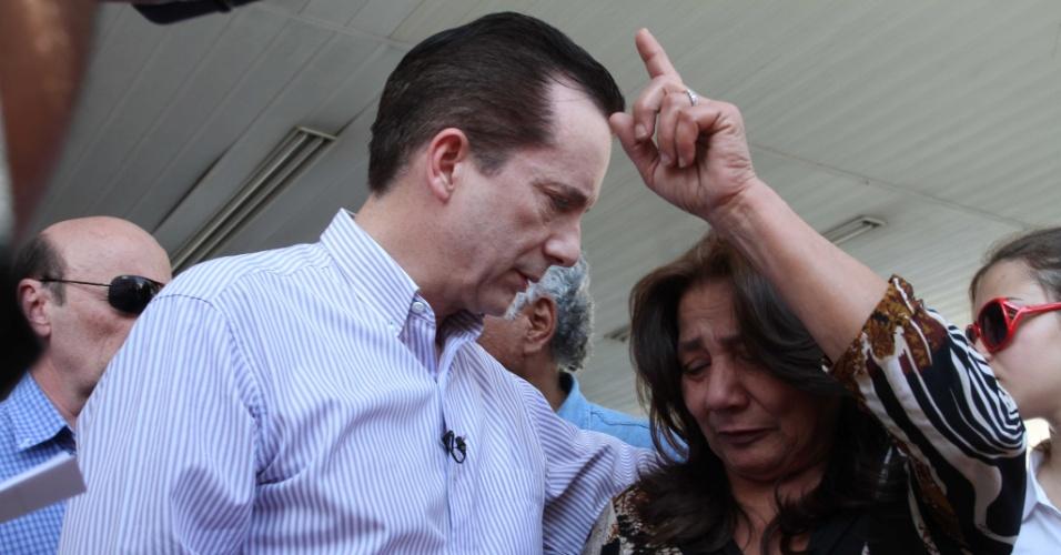 25.ago.2012 - O candidato do PRB a prefeito de São Paulo, Celso Russomano, cumprimenta eleitora durante caminhada na avenida Itaberaba, na zona norte da cidade