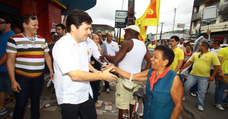 25.ago.2012 - O candidato do PSB à Prefeitura do Recife, Geraldo Júlio, fez campanha pelo comércio do Arruda e depois seguiu para o entorno do Mercado de Água Fria, neste sábado
