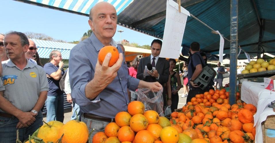 25.ago.2012 - O candidato do PSDB à Prefeitura de São Paulo, José Serra, visitou a feira livre da praça Charles Muller, no bairro do Pacaembú, na zona oeste da capital paulista