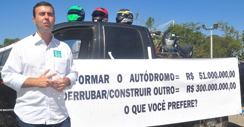 25.ago.2012 - O candidato do PSOL à Prefeitura do Rio de Janeiro, Marcelo Freixo, participou do Ato SOS Autódromo,que reuniu pessoas contrárias à demolição do Autódromo Internacional Nelson Piquet, em Jacarepaguá (zona oeste)