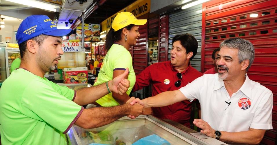 25.ago.2012 - O candidato do PT à Prefeitura do Recife, Humberto Costa (de branco), visitou o Mercado de Afogados, na zona oeste, na manhã deste sábado