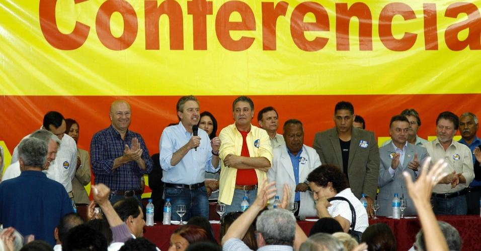 25.ago.2012 - O prefeito de Curitiba e candidato à reeleição pelo PSB, Luciano Ducci, participou de encontro, em hotel no centro da cidade, com movimentos sociais que apoiam sua candidatura