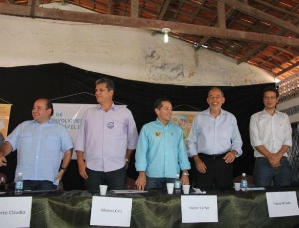 25.ago.2012 - Os candidatos à Prefeitura de Fortaleza participaram do debate da Rede de Desenvolvimento Sustentável do Grande Bom Jardim, no Centro Popular de Educação e Cultura, na manhã deste sábado