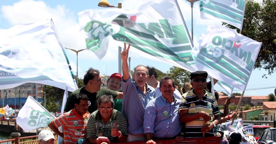 26.ago.2012 - O candidato do PC do B à Prefeitura de Fortaleza, Inácio Arruda (centro), e seu vice, Chico Lopes, participaram de carreata na região da Lagoa da Messejana na manhã deste domingo (26)