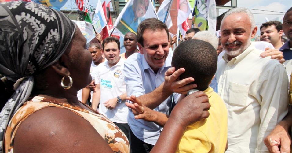 26.ago.2012 - O candidato do PMDB à reeleição no Rio de Janeiro, Eduardo Paes, fez caminhada no Complexo da Penha (zona norte) e cumprimentou eleitores