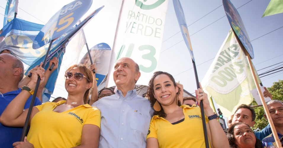 26.ago.2012 - O candidato do PSDB à Prefeitura de São Paulo, José Serra, visitou a Feira de Artes da Vila Madalena neste domingo (26), onde encontrou com o presidente do PV, José Penna