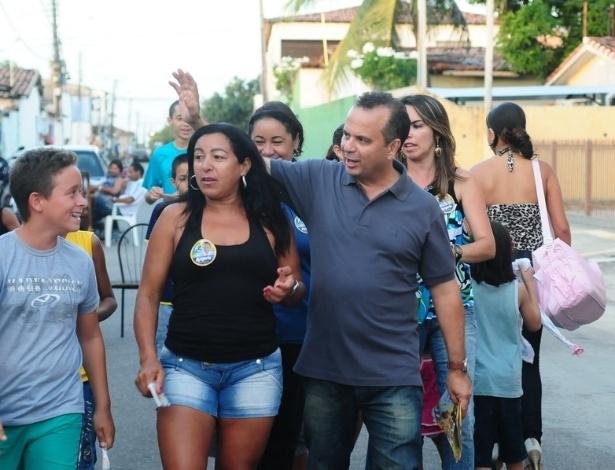 26.ago.2012 - O candidato do PSDB à Prefeitura de Natal, Rogério Marinho, fez caminhada neste domingo pelo Conjunto Vale Dourado, na zona norte da capital potiguar