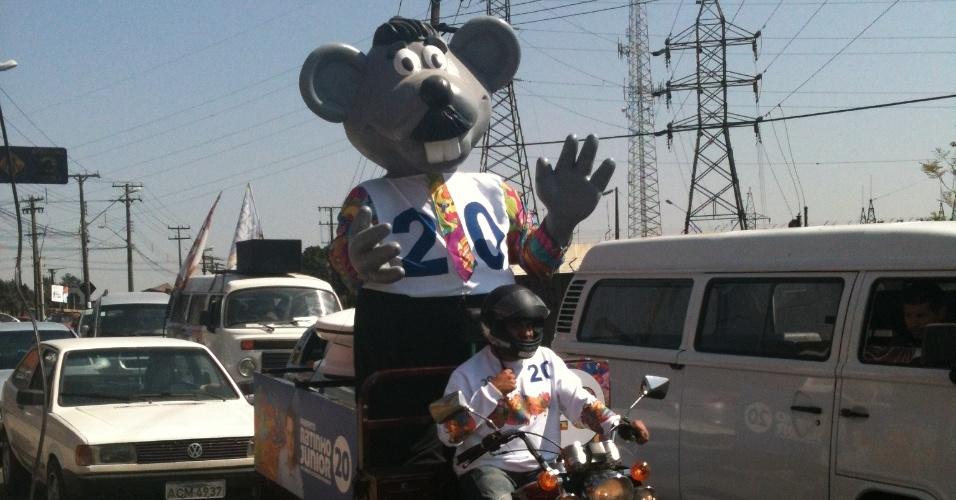 27.ago.2012 - Boneco quase idêntico ao mascote do programa do apresentador Ratinho é usado em campanha de Ratinho Jr