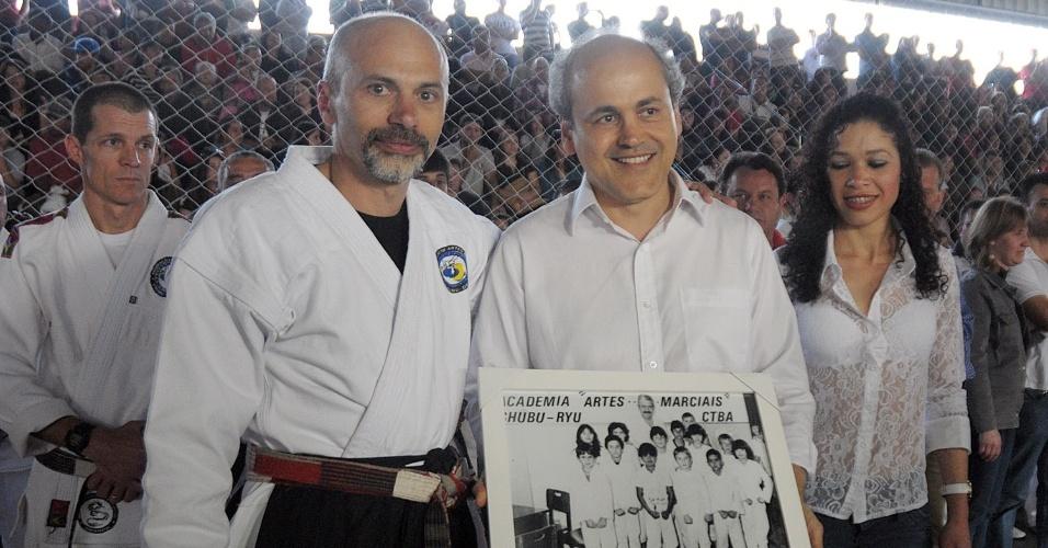 27.ago.2012 - Gustavo Fruet (à dir.), candidato à Prefeitura de Curitiba pelo PDT, foi homenageado em encontro organizado por academias de caratê no Sesi Boqueirão