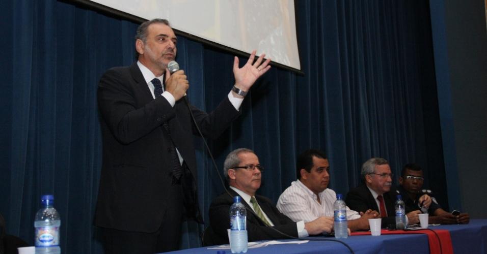 27.ago.2012 - Nelson Pelegrino, candidato do PT à Prefeitura de Salvador, participou nesta segunda-feira de seminário sobre segurança urbana e guarda municipal, no bairro do Cabula