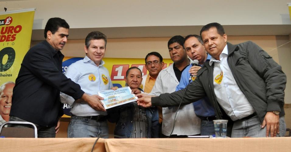27.ago.2012 - O candidato do PSB à Prefeitura de Cuiabá, Mauro Mendes (segundo da esq. para a dir.), se reuniu com lideranças do PTB na manhã desta segunda-feira, quando alguns dirigentes do partido anunciaram o apoio à sua candidatura