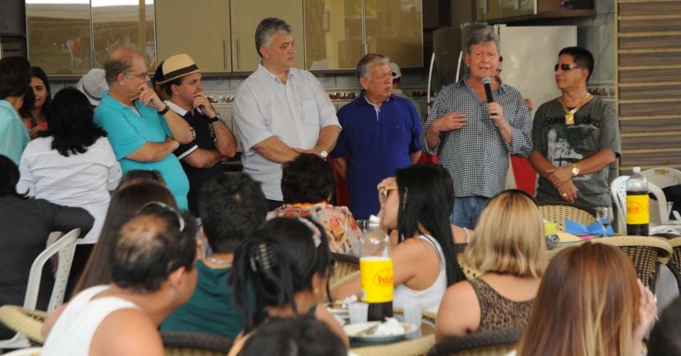 27.ago.2012 - O candidato do PSDB à Prefeitura de Manaus, Arthur Virgílio (segundo da dir. para a esq.), discursa durante encontro com correligionários em um sítio na estrada AM-010, que liga Manaus ao município de Itacoatiara (AM)