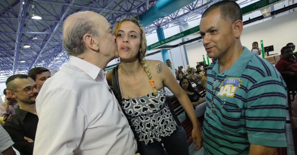 27.ago.2012 - O candidato do PSDB à Prefeitura de São Paulo, José Serra, cumprimenta eleitora durante visita à unidade do Poupatempo da Lapa, na zona oeste da cidade, na tarde desta segunda