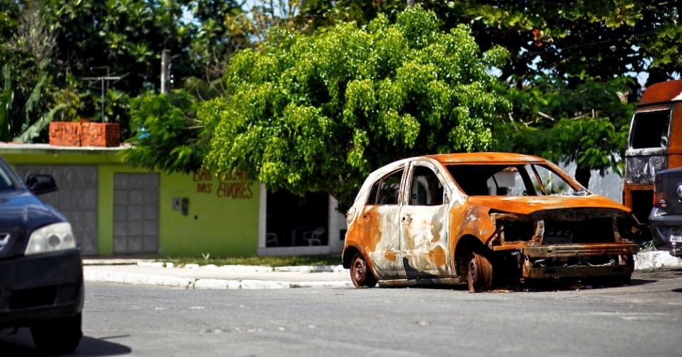Carros com tiros em frente à delegacia de Simões Filho (BA)