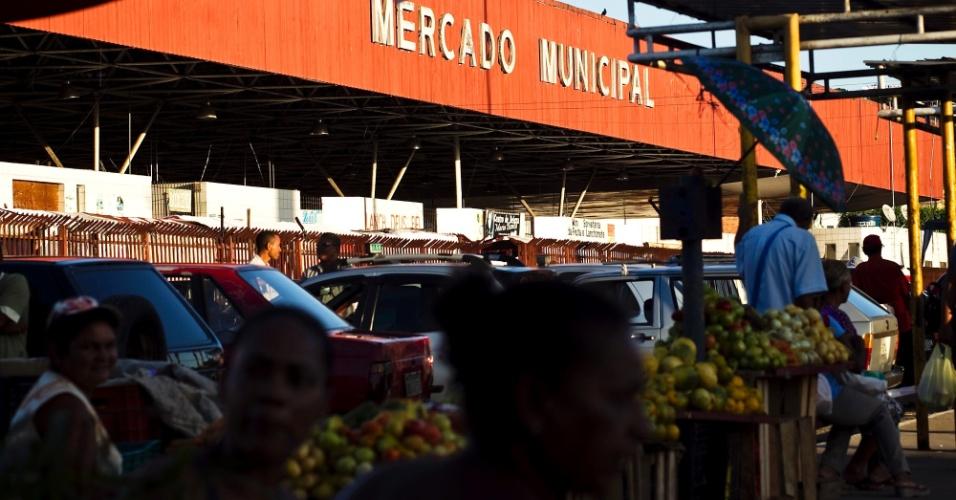 Comerciantes dentro do Mercado Municipal, no centro de Simões Filho (BA)