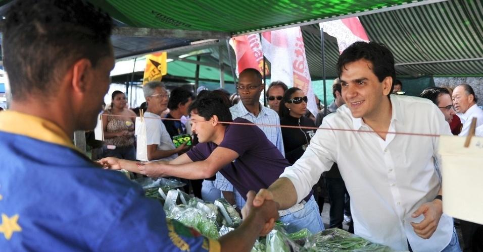 28.ago.2012 - O candidato do PMDB à Prefeitura de São Paulo, Gabriel Chalita, cumprimenta feirante durante caminhada pela feira da rua Afonso Celso, na Vila Mariana, zona sul da capital