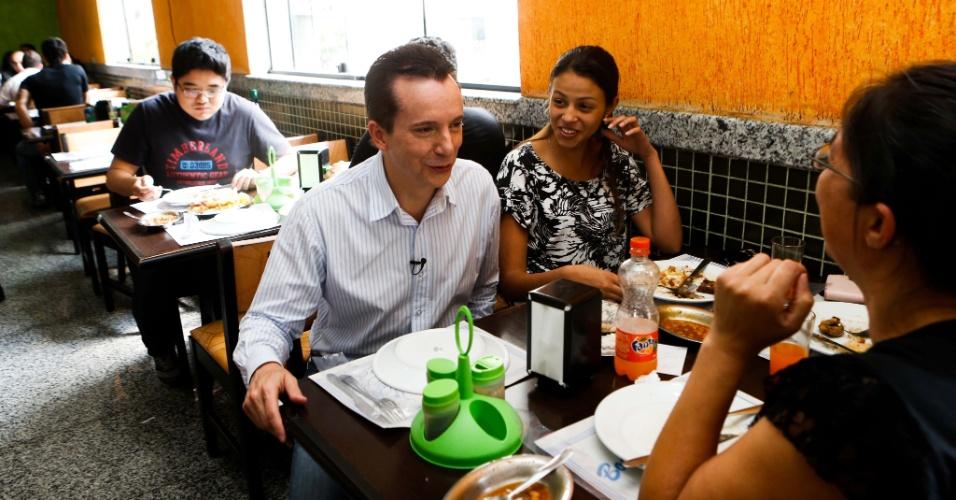 28.ago.2012 - O candidato do PRB à Prefeitura de São Paulo, Celso Russomanno, conversa com eleitoras em restaurante na avenida Santo Amaro, zona sul da capital