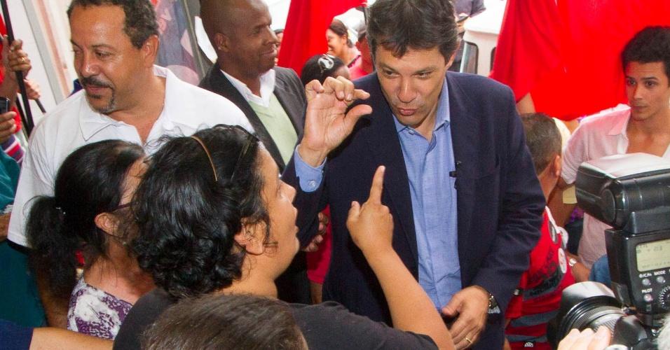 28.ago.2012 - O candidato do PT à Prefeitura de São Paulo, Fernando Haddad, conversa com eleitora durante caminhada pela região da Ponte Rasa, na zona leste de São Paulo, nesta terça
