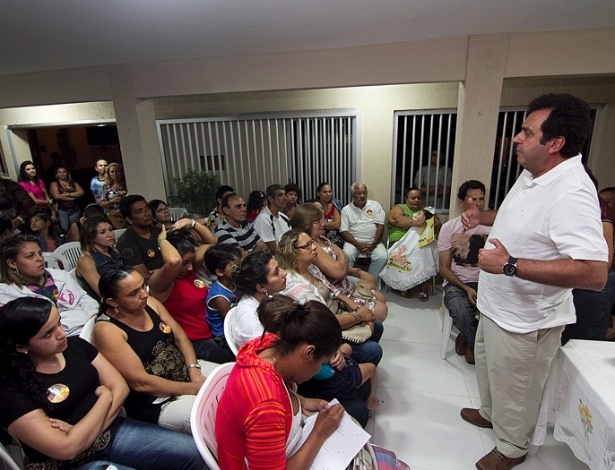 O candidato a prefeito de Natal, Carlos Eduardo (PDT), reuniu-se na noite desta terça com um grupo de moradores do conjunto Soledade 1, na zona norte, para discutir soluções para os problemas do bairro