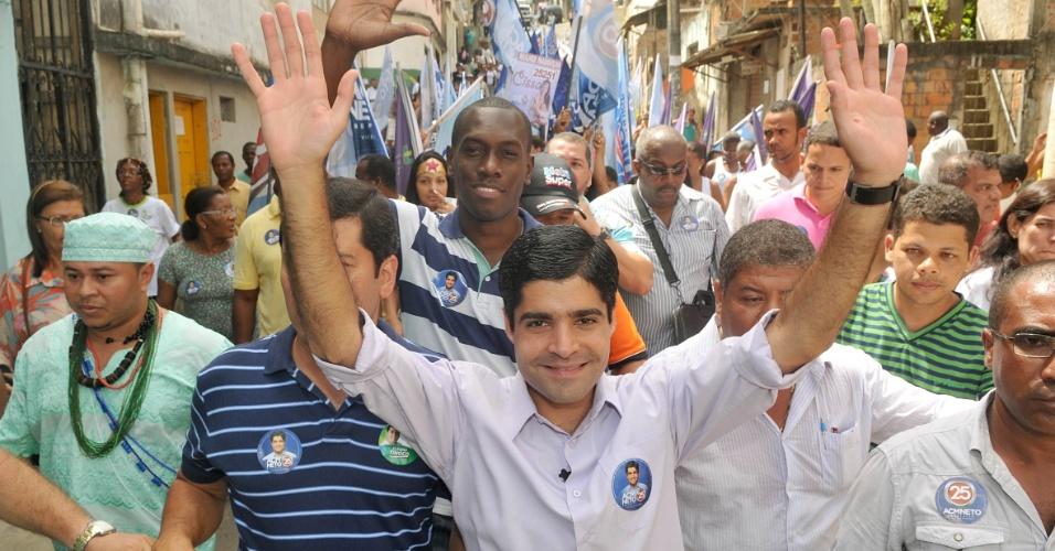 29.ago.2012 - ACM Neto, candidato do DEM à Prefeitura de Salvador, fez caminhada nesta quarta-feira pelos bairros de Santa Cruz e Vale das Pedrinhas. Durante o evento, ele disse que, se eleito, vai contratar, por meio de concurso público, dois mil guardas municipais até 2016