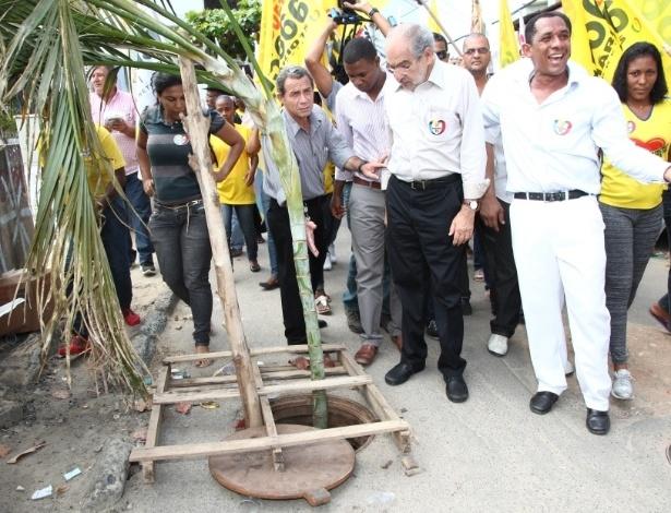 29.ago.2012 - O candidato do PMDB à Prefeitura de Salvador, Mario Kertész (de camisa branca), participou de uma caminhada pelo bairro Chapada do Rio Vermelho