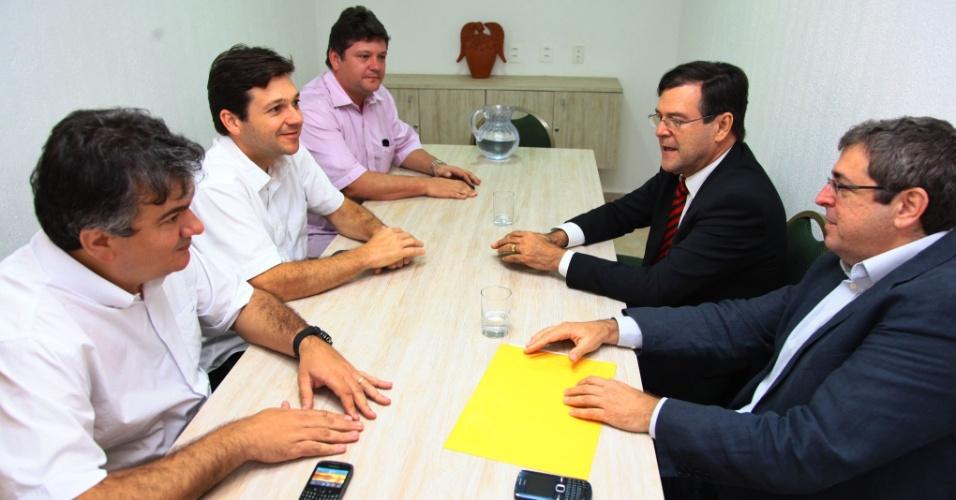 29.ago.2012 - O candidato do PSB à Prefeitura do Recife, Geraldo Julio, recebe o apoio de Jacques Ribemboim (de terno cinza escuro), ex-pré-candidato a prefeito pelo PV