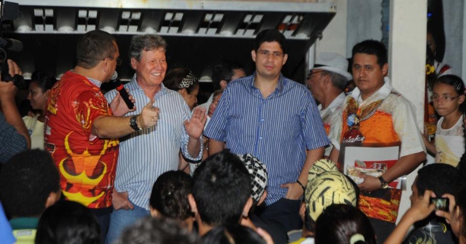 29.ago.2012 - O candidato do PSDB à Prefeitura de Manaus, Arthur Virgílio (à esq.), acena para o público durante apresentação da escola de samba Balaku Blaku. no bairro São Jorge, zona oeste da capital amazonense