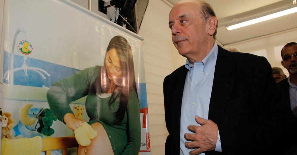 29.ago.2012 - O candidato do PSDB à Prefeitura de São Paulo, José Serra, visita a Central de Regulação dos Programas Mãe Paulistana e Alô Mãe, na capital paulista, na tarde desta quarta