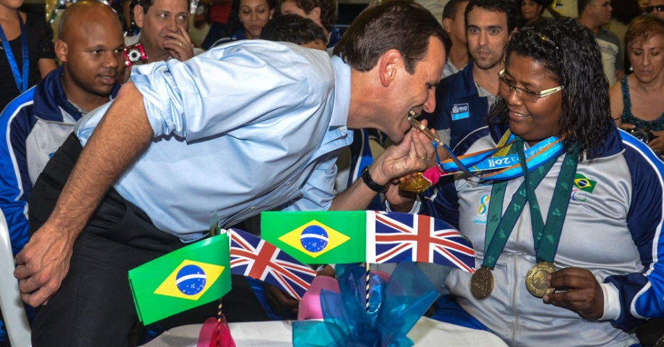 29.ago.2012 - O prefeito do Rio de Janeiro, Eduardo Paes, e candidato à reeleição pelo PMDB, assiste a abertura da Paraolimpíada de Londres 2012 ao lado de atletas paraolímpicos, na quadra esportiva da Secretaria Municipal da Pessoa com Deficiência , no centro do Rio de Janeiro, nesta quarta