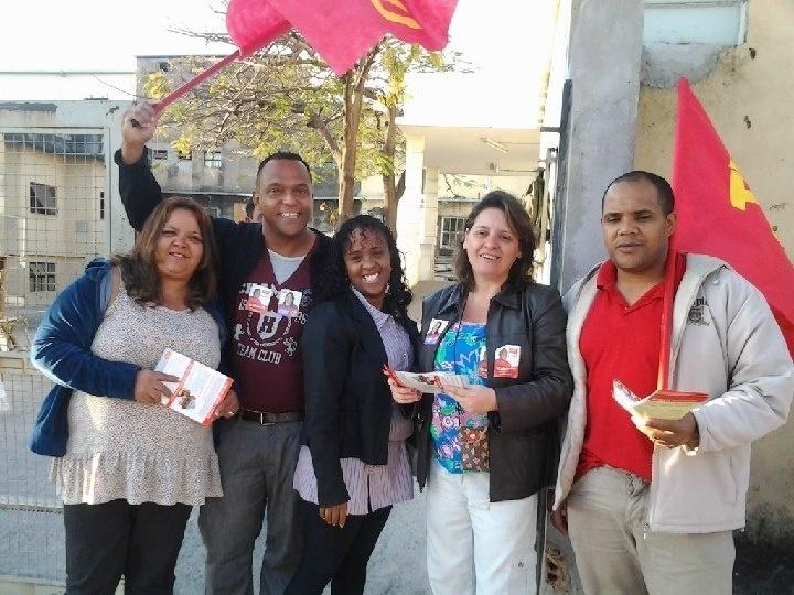 29.ago.2012 - Vanessa Portugal (segunda da dir. para a esq.), candidata do PSTU à Prefeitura de Belo Horizonte, faz panfletagem na porta do hospital São Francisco