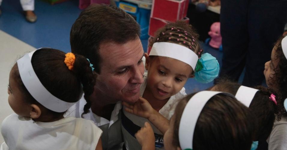 30.ago.2012 - Eduardo Paes, candidato à reeleição no Rio de Janeiro pelo PMDB, visitou nesta quinta-feira o Espaço de Desenvolvimento Infantil Lilly Marinho, no bairro do Catumbi, zona norte da cidade.