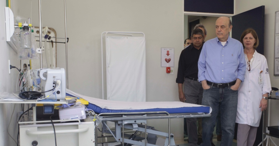 30.ago.2012 - José Serra, candidato do PSDB à Prefeitura de São Paulo, visita uniade de AMA (Assistência Médica Ambulatorial) da comunidade de Paraisópolis, zona sul da capital paulista