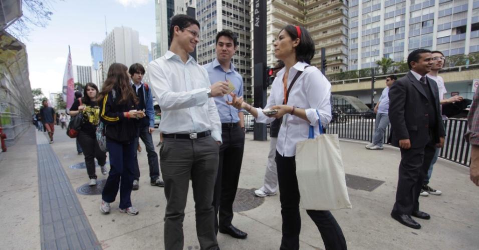 30.ago.2012 - Soninha Francine, candidata do PPS à Prefeitura de São Paulo, conversa com eleitores durante caminhada pela avenida Paulista, na tarde desta quinta-feira