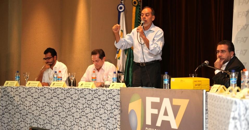 30.ago.2012 - O candidato do PC do B à Prefeitura de Fortaleza, Inácio Arruda, apresentou seu programa de governo em debate promovido pela Faculdade Sete de Setembro, na capital cearense, na noite dessa sexta