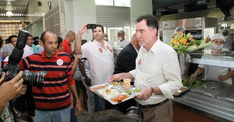 30.ago.2012 - Patrus Ananias, candidato do PT à Prefeitura de Belo Horizonte, almoça no restaurante popular do bairro do Barreiro, região sul da capital mineira