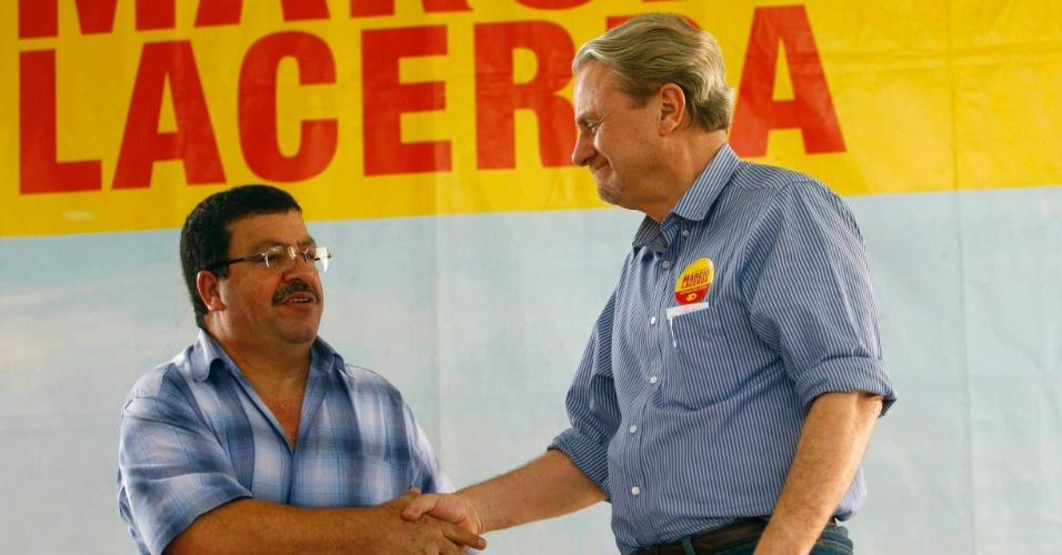 31.ago.2012 - Marcio Lacerda (à dir.), candidato à reeeleição em Belo Horizonte pelo PSB, se reuniu nesta sexta-feira com integrantes do Movimento de Luta Pró-Creche de Belo Horizonte