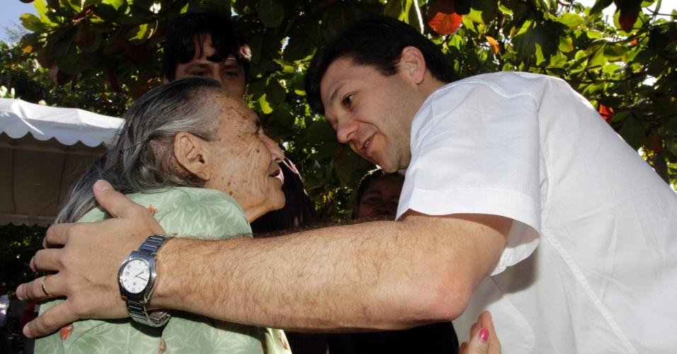 31.ago.2012 - O candidato do PSB à Prefeitura de Recife, Geraldo Julio, cumprimenta eleitora durante ato de campanha que divulgou o apoio dos sindicatos dos Portuários, dos Estivadores, dos Conferentes e dos Arrumadores