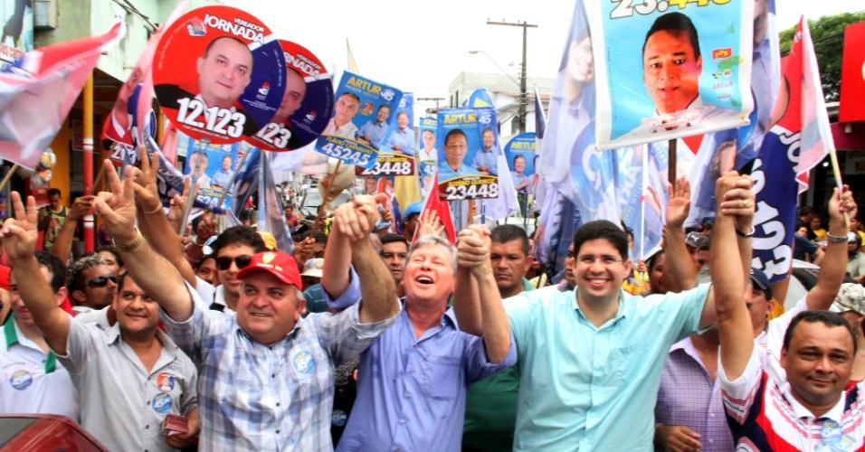 31.ago.2012 - O candidato do PSDB à Prefeitura de Manaus, Arthur Virgílio, participou de caminhada no bairro Cidade de Deus, na zona leste de Manaus. Junto de cabos eleitorais, o tucano prometeu melhorar a oferta de transporte público na cidade