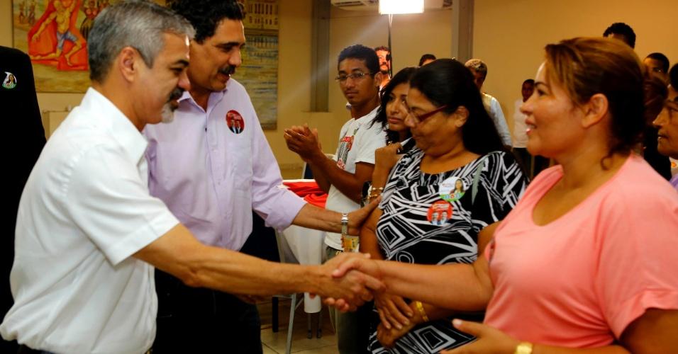 31.ago.2012 - O candidato do PT à Prefeitura do Recife, Humberto Costa, participou de encontro com lideranças evangélicas, na manhã desta sexta