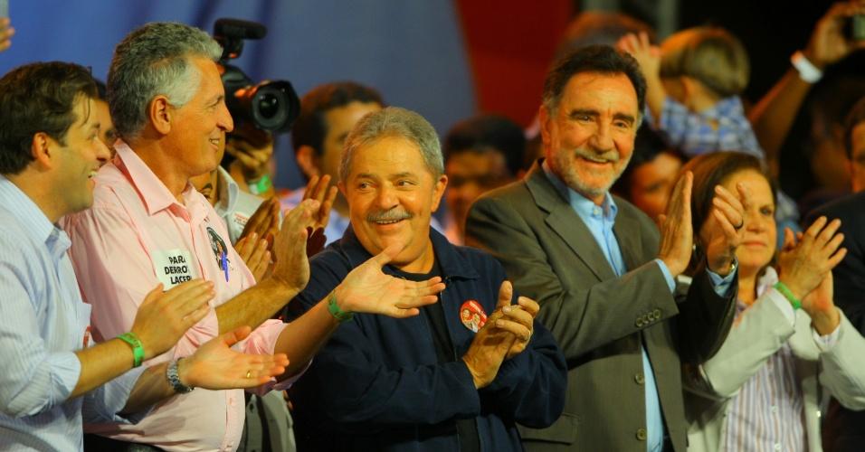 31.ago.2012 - O ex-presidente Lula participa de comício do candidato do PT à Prefeitura de Belo Horizonte, Patrus Ananias. O evento marca a volta de Lula aos palanques. O ex-presidente pretende passar por 17 cidades até o dia da votação, em 7 de outubro