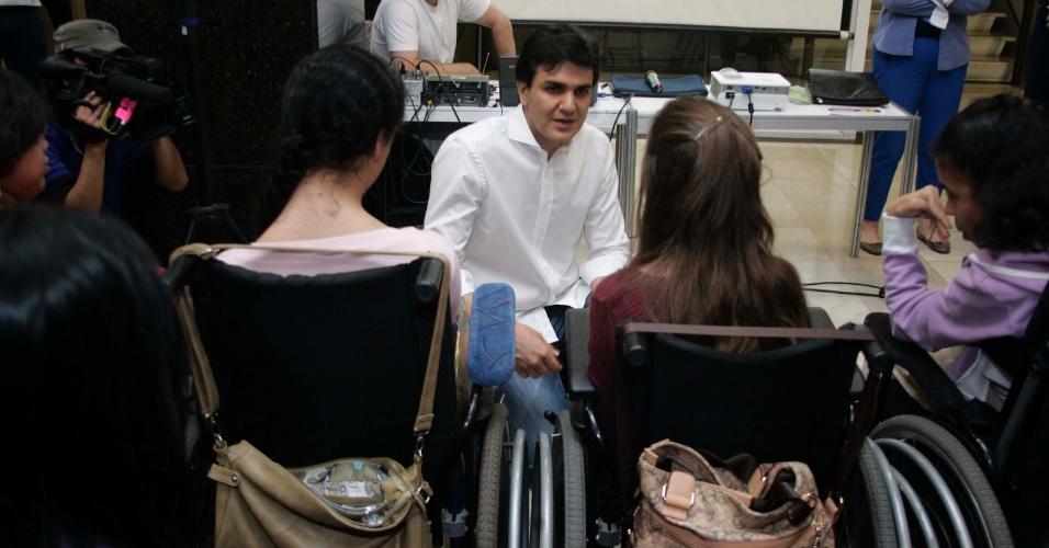 1º.set.2012 - O candidato do PMDB a prefeito de São Paulo, Gabriel Chalita, participou de caminhada pelo centro de São Paulo promovido pelo Núcleo de Mulheres do PMDB. Antes da caminhada, Chalita participou de uma palestra para deficientes físicos
